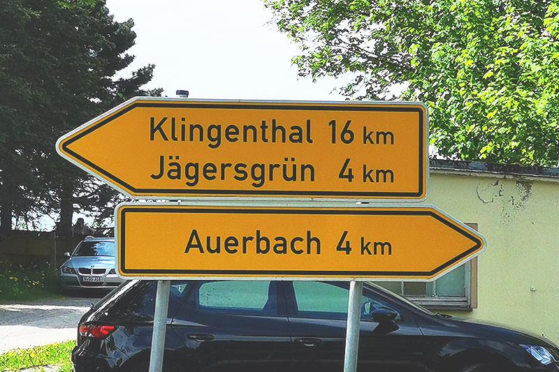 Straßenschilder nach Auerbach und Klingenthal im Vogtland