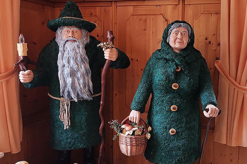 In der Gaststube sind die guten Geister des vogtländischen Waldes, – der Moosmann und das Moosweibl, zu sehen.