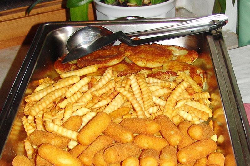 Liebevoll zubereitete Beilagen am Buffet. Kroketten, Pommes und Bambes