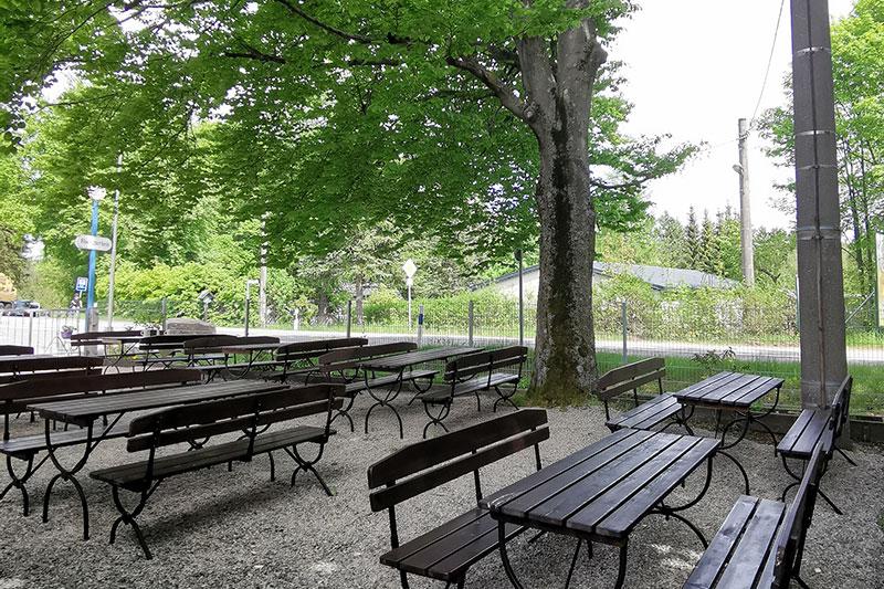 Der Biergarten vom Alten Kaffeehaus ist großzügig und schattig angelegt.