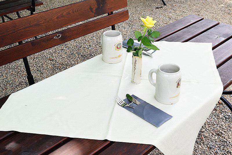 Im Biergarten vom Alten Kaffeehaus sieht man einen gedeckten Tisch mit zwei Biergläsern.