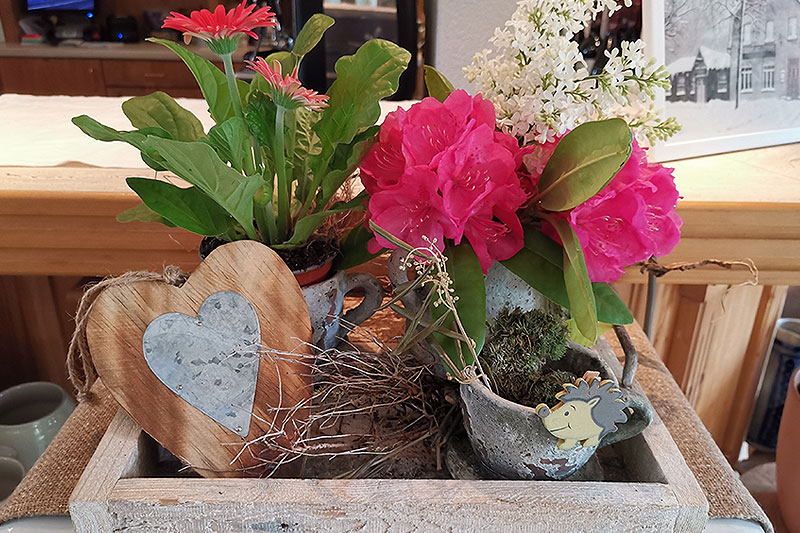Liebvoll gestaltete Blumendekorationen sind im ganzen Haus verteilt.