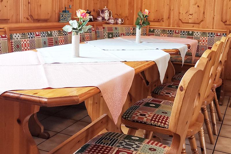 EIne große Eckbank mit Tisch und Stühlen im Alten Kaffeehaus.