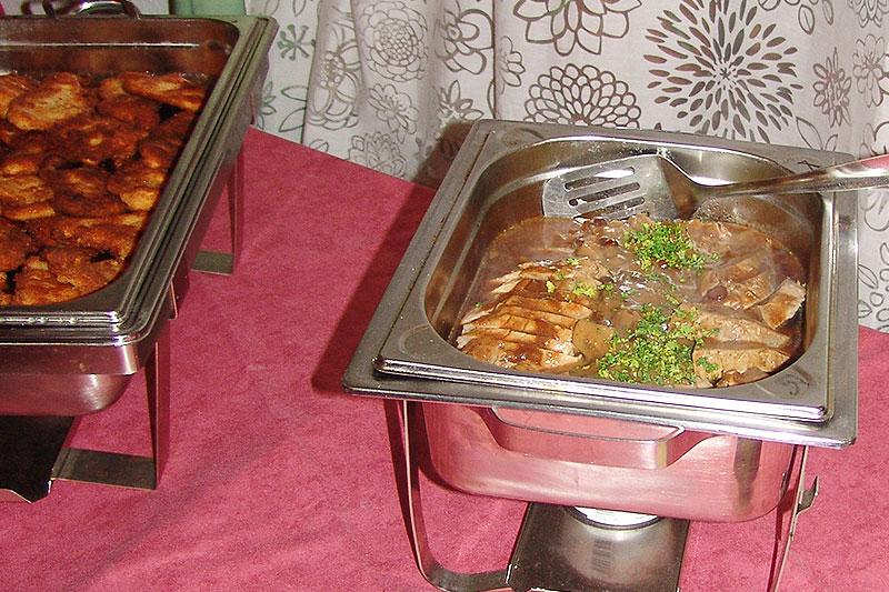 Liebevoll gestaltete Fleischschale am Buffet des Alten Kaffeehauses.
