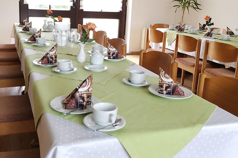 Ein zum Kaffee eingedeckter Tisch im Jagdzimmer.