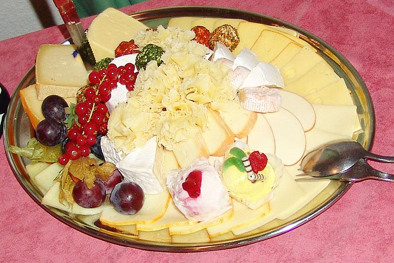 Ausschnitt vom Buffet: eine Käseplatte mit verschiedenen Käsessorten