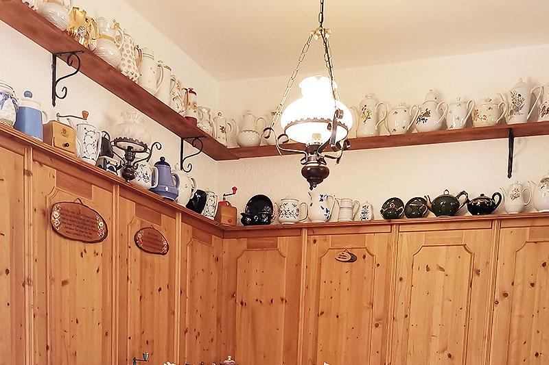 Ausschnitt der großen Sammlung an Kaffeekannen und von sonstigem Zubenhör für den Kaffeegenuss.