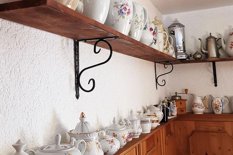 Viele Regale voller Kaffeekannen und sonstiger Dekoration.