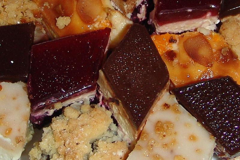Verschiedene Kuchensorten auf einer Kuchenplatte.