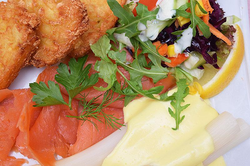 Mittagsgericht Lachs mit Spargel und Röstie