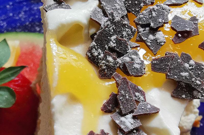 Schocko-Splitter auf einem Kuchen - Detailaufnahme