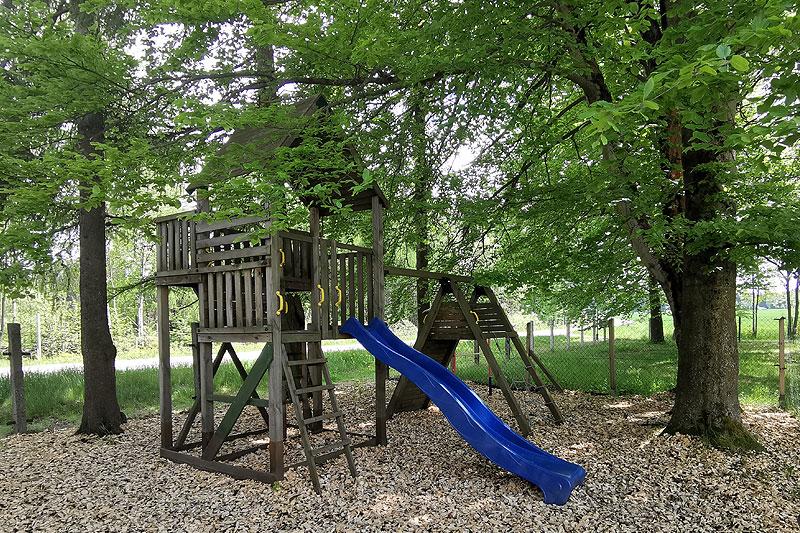Ein Spielplatz lädt die Kinder zum Spielen im Außengelände ein.