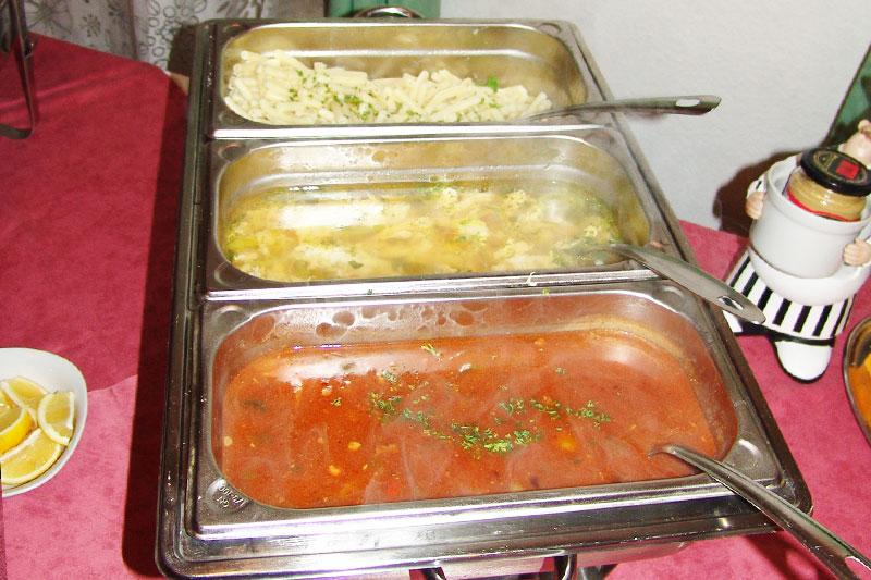 Ausschnitt des Buffets: Verschiedene Suppen am Buffet im Alten Kaffeehaus.